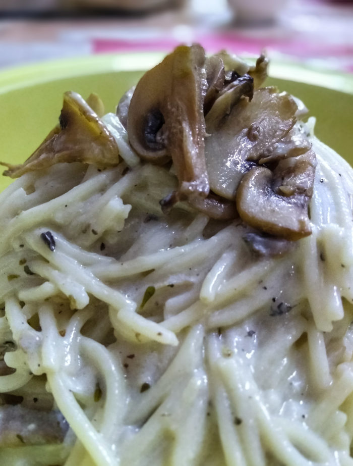 Spaghetti with Chicken in Creamy Mushroom Sauce